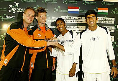 20030918, Zwolle, Davis Cup, NL-India, de singelaars van vrijdag vlnr,Martin Verkerk, Sjeng Schalken, Prakash Amritraj en Rohan Bopanna na de loting,