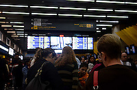 SAO PAULO, 25 DE JUNHO DE 2012 - ATRASOS AEROPORTO CONGONHAS - Passageiros com problemas no embarque de voos no aeroporto de Congonhas, regiao sul da capital, na manha desta segunda feira. Uma forte neblina impede decolagens e aterrisagens desde as 7h da manha. FOTO: ALEXANDRE MOREIRA - BRAZIL PHOTO PRESS
