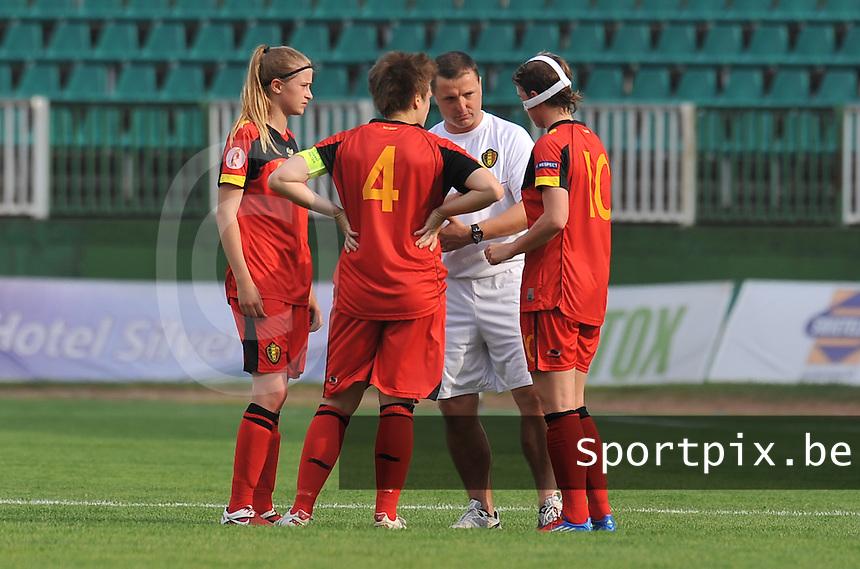 Hungary - Hongarije : UEFA Women's Euro Qualifying group stage (Group 3) - 20/06/2012 - 17:00 - szombathely  - : Hungary ( Hongarije ) - BELGIUM ( Belgie) :.Bondscoach Ives Serneels geeft nog wat raad aan Julie Biesmans , Maud Coutereels en Aline Zeler.foto DAVID CATRY / JOKE VUYLSTEKE / Vrouwenteam.be.