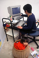 Donna mentre lavora da casa e sta insieme al figlio. Woman while working from home and being with the child.....