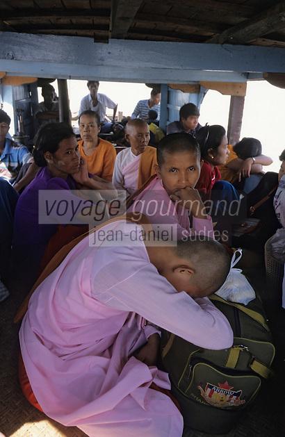 Asie/Birmanie/Myanmar/Haute Birmanie/Mingun: Moines sur un bateau de transport de passagers sur l'Irrawaddy