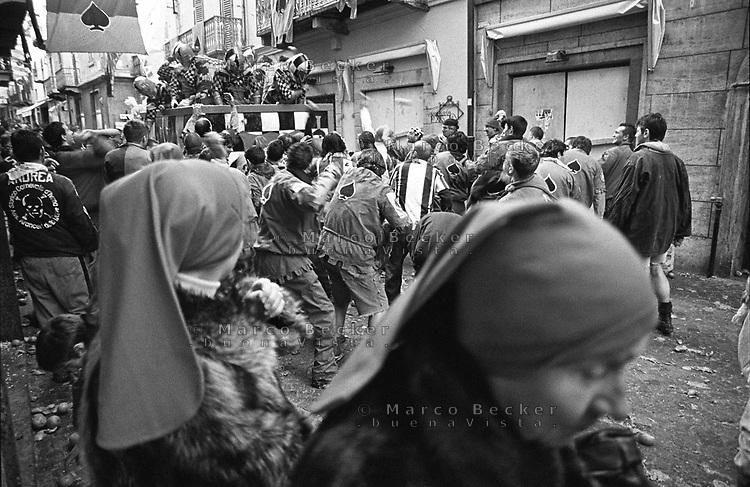 Storico Carnevale di Ivrea, Battaglia delle Arance. Donne con il tradizionale Berretto Frigio --- Historic Carnival of Ivrea, Battle of the Oranges. Women wearing the traditional Phrygian cap