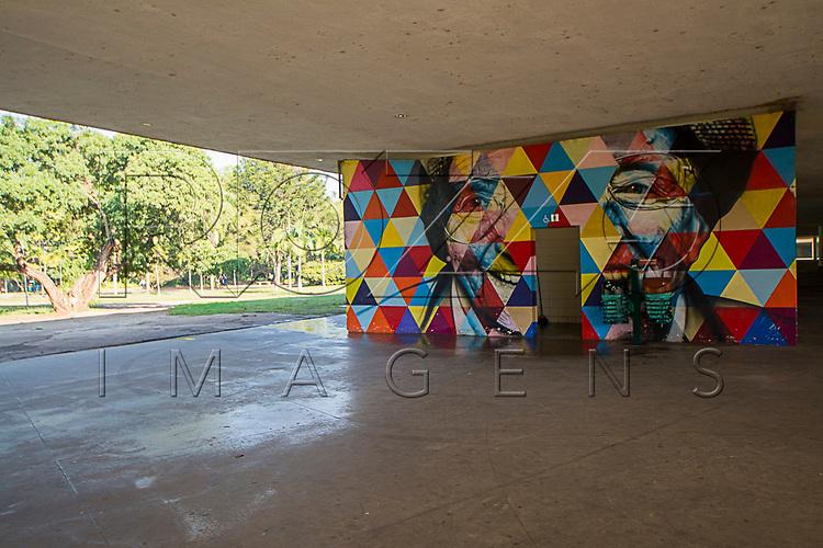 Painel do grafiteiro Eduardo Kobra na marquise do Parque do Ibirapuera, São Paulo - SP, 06/2016.