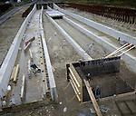 AMSTERDAM - In Amsterdam-Noord werken medewerkers van Ballast Nedam aan eerste betonnen spoorbakken van de Noord/Zuidlijn bij het metrostation Johan van Hasseltweg. Op deze plaats steekt de Noordzuidlijn voor het eerst zijn kop boven de grond als deze vanuit het centrum van Amsterdam ondergronds onder het IJ naar Noord rijdt. De bijna tien kilometer lange ondergrondse metrolijn moet in 2011 klaar zijn, gaat ongeveer 1,5 miljard euro kosten en moet het reizen in de stad aantrekkelijker en sneller maken voor bewoners en toeristen. COPYRIGHT TON BORSBOOM COPYRIGHT TON BORSBOOM