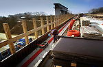 NIEUWEGEIN - In Nieuwegein werken medewerker van GMB Beton en Industriebouw aan de betonbekisting van een nieuwe brug over de Prinses Beatrixsluizen, nadat onlangs in het weekend de betonliggers over het water gelegd zijn. De brug moet Nieuwegein vanuit het oosten ontsluiten en is extra hoog om de scheepvaart in het sluiscomplex niet te storen. Om de bouw van een derde sluiskolk in de toekomst mogelijk te maken, is de brug al extra breed gebouwd, zodat later onder de brug de nieuwe sluis gebouwd kan worden.COPYRIGHT TON BORSBOOM