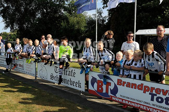 SCHOONEBEEK - Voetbal, SVV 04 - FC Emmen, voorbereiding seizoen 2018-2019, 06-07-2018,  de spelertjes van SVV 04 wachten tot ze mogen opkomen