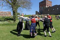 Treffen von skandinavischen Volkstanzgruppen, Burgruine Hammershus aus dem 13. Jh. auf der Insel Bornholm, D&auml;nemark, Europa<br /> concourse of Scandinavian Folkdance gruops , Casle Hammershus, Isle of Bornholm, Denmark