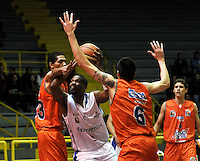 BOGOTA - COLOMBIA: 24-03-2014: Stalin Ortiz (Cent.) jugador de Guerreros, disputa el balón con Brandon Rayson (Izq.) y Parker Smith (Der.) jugadores de Bucaros Freskaleche, durante partido entre Guerreros de Bogota y Bucaros Freskaleche de Bucaramanga por la fecha 3 de la Liga Directv Profesional de Baloncesto I en partido jugado en el Coliseo El Salitre de la ciudad de Bogota. / Stalin Ortiz (C) player of Guerreros, fights for the ball with Brandon Rayson (L) and Parker Smith (R) players of Bucaros Freskaleche, during a match between Guerreros de Bogota and Bucaros Freskaleche de Bucaramanga for the  date 3 of La Liga Directv Profesional de Baloncesto I, game at the El Salitre Coliseum in Bogota City. Photo: VizzorImage / Luis Ramirez / Staff.
