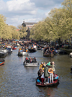 Boote am K&ouml;nigstag auf der Prinsengracht,  Amsterdam, Provinz Nordholland, Niederlande<br /> Boats at Kings day on  Prinsengracht, Amsterdam, Province North Holland, Netherlands