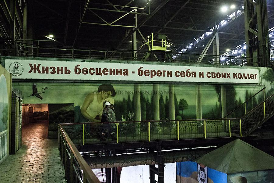 MARIUPOL, Ukraine: On a long backboard: &quot;Life is priceless &ndash; take care of yourself and your co-workers&quot;<br /> <br /> <br /> MARIUPOL, Ukraine: Sur un long panneau: &laquo;La vie est inestimable - prenez soin de vous-m&ecirc;me et de vos coll&egrave;gues de travail&quot;