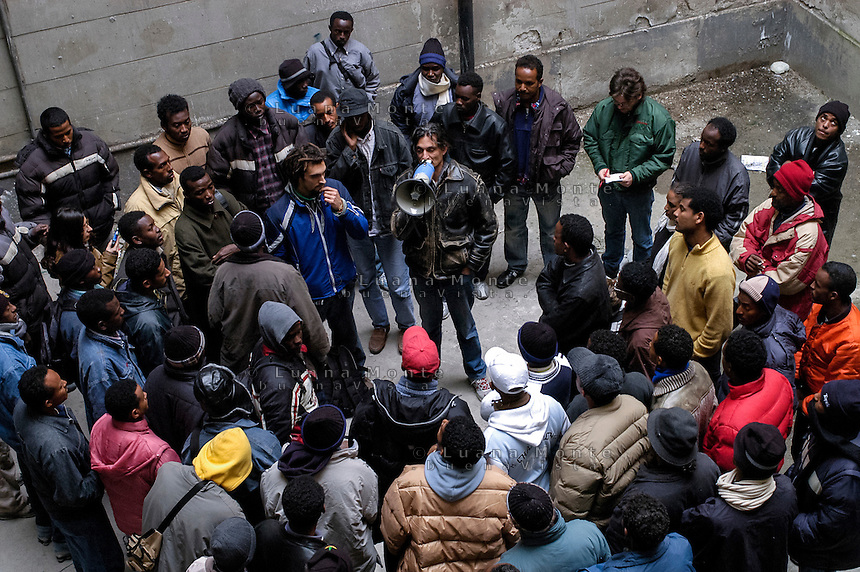 Profughi di guerra e richiedenti asilo politico sudanesi, somali ed eritrei, occupano lo stabile dismesso in via Lecco. Milano, 16 novembre, 2005<br />