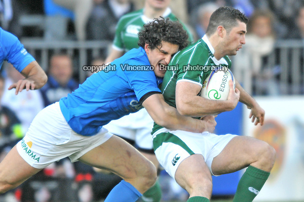 Alessandro Zanni of Italy (L) tackles Ireland's Rob Kearney during the rugby match between Italy and Ireland for the 6 Nations Championship at the Stadio Flaminio in Rome on February 15, 2009.