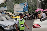 Le  Roi voit tout dans Bangkok, y compris aux passages piétons de Ratchadmri.