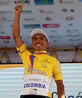 COLOMBIA. 08-08-2014. Miguel Angel Rubiano recibe la camiseta de líder general al final de la etapa 3, Barbosa – Chiquinquirá – Tunja – 123.2 Km, de la Vuelta a Colombia 2014 en bicicleta que se cumple entre el 6 y el 17 de agosto de 2014. / Miguel Angel Rubiano cyclist receives the yellow shrit as general leader at he end of the stage 3, Barbosa – Chiquinquira – Tunja – 123.2 Km, of the Tour of Colombia 2014 in bike holds between 6 and 17 of August 2014. Photo:  VizzorImage/ José Miguel Palencia / Str