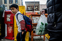 San Francisco Chinatown bambino va a scuola con zainetto a spalle, child goes to school with a backpack on his shoulders ,