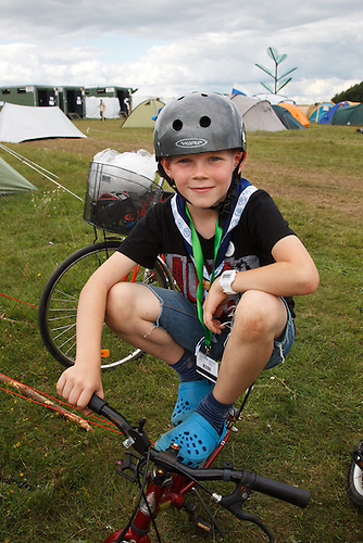 Kid with helmet on his bike in spring town. Photo: Magnus Fröderberg/Scouterna
