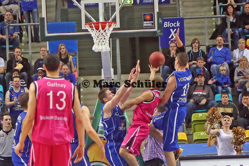 Danilo Barthel und Johannes Voigtmann (Skyliners) gegen Andrej Mangold (Bonn) - Fraport Skyliners vs. Telekom Baskets Bonn, Fraport Arena Frankfurt