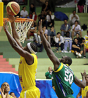 BUCARAMANGA -COLOMBIA, 06-05-2013. Jason Edwin (I) de Búcaros va por un balón perdido contra el jugadorJairo Mendoza (D) de Bambuqueros durante partido de la fecha 11 fase II de la  Liga DirecTV de baloncesto Profesional de Colombia realizado en el coliseo Vicente Díaz Romero en Bucaramanga./ Jason Edwin (L) of Bucaros goes for a loose ball against Bambuqueros player Jairo Mendoza (R) during match of the 11th date phase II of  DirecTV professional basketball League in Colombia at Vicente Diaz Romero coliseum in Bucaramanga. Photo:VizzorImage / Jaime Moreno / STR