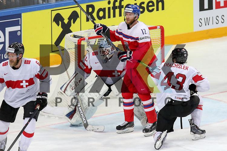 Schweizs Trachsler, Morris (Nr.43) im Zweikampf mit Tschechiens Novotny, Jiri (Nr.12)(Lokomotiv Yaroslavi) vor Schweizs Bera, Reto (Nr.20)  im Spiel IIHF WC15 Tschechien vs. Schweiz.<br /> <br /> Foto &copy; P-I-X.org *** Foto ist honorarpflichtig! *** Auf Anfrage in hoeherer Qualitaet/Aufloesung. Belegexemplar erbeten. Veroeffentlichung ausschliesslich fuer journalistisch-publizistische Zwecke. For editorial use only.