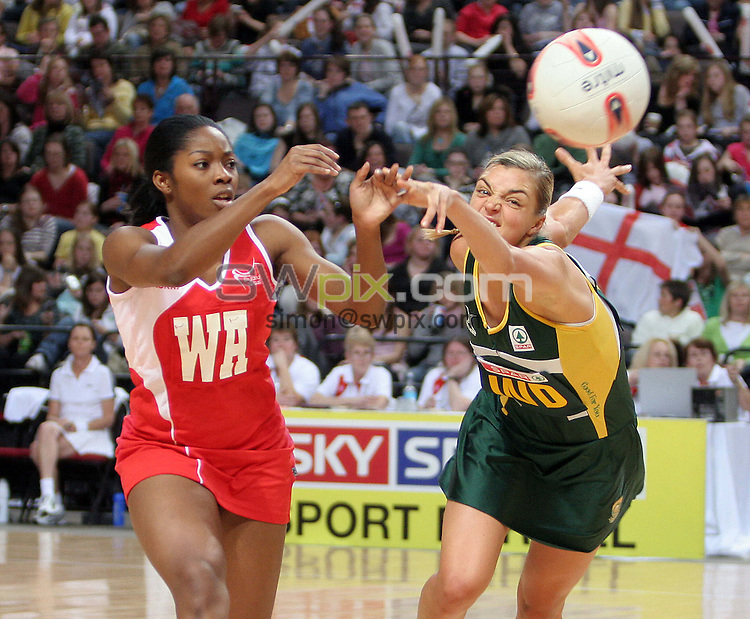 PICTURE BY VAUGHN RIDLEY/SWPIX.COM -  Netball - International Test - England v South Africa - Manchester Evening News Arena, Manchester, England - 25/01/07...Copyright - Simon Wilkinson - 07811 267706...England's Chioma Ezeogu (L) and South Africa's Anchen du Plessis (R).