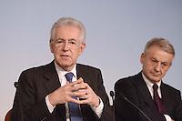 Roma, 30 Novembre 2012.Palazzo Chigi..Il ministro dell'ambiente Corrado Clini e il Presidente del Consiglio Mario Monti durante la conferenza stampa dopo il Consiglio dei Ministri sull'Ilva di Taranto.