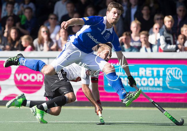 AMSTELVEEN - HOCKEY - Billy Bakker van A'dam (achter) scoort 3-1    tijdens de beslissende halve finalewedstrijd van de Play offs tussen Amsterdam en Kampong (3-1). Lars Balk kan dit niet verhinderen.  COPYRIGHT KOEN SUYK