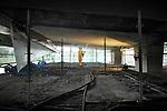 UTRECHT - In Utrecht brengt een medewerker van betonspecialist Vogel spuitbeton aan onder de Muinck Keizerbrug. De uit 1970 daterende brug wordt in opdracht van de gemeente Utrecht grondig gerenoveerd en met hulp van een fijnmazig titaniumnet en stroomdraden onder spanning gezet om afbrokkelen te voorkomen. Strooizout en regenwater heeft de afgelopen jaren de betonbewapening aangetast, maar door het aanbrengen van een waterdichte rubberen laag een stroomdraden in het beton moet het beton behouden blijven. Het systeem dat is ontwikkeld in samewerking met TNO is volgens de gemeente slechts één keer eerder toegepast. COPYRIGHT TON BORSBOOM