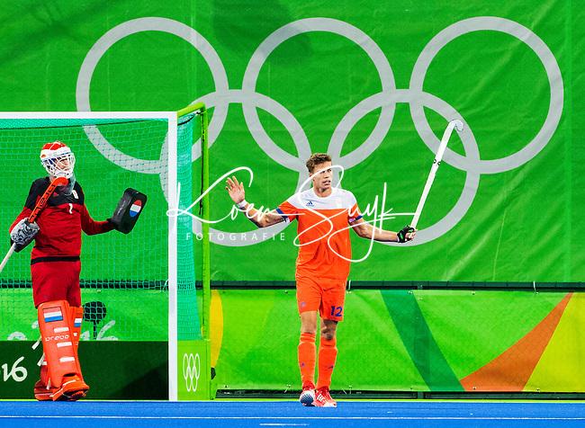 RIO DE JANEIRO  - Sander de Wijn (Ned) met keeper Jaap Stockmann (Ned)    tijdens de halve finale hockey heren Belgie-Nederland (3-1), tijdens de Olympische Spelen. B COPYRIGHT  KOEN SUYK