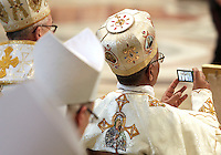 Un vescovo scatta fotografie durante una messa celebrata dal Papa per la chiusura del Sinodo dei Vescovi, nella Basilica di San Pietro, Citta' del Vaticano, 28 ottobre 2012..A bishop takes pictures during a mass attended by the Pope for the closure of the Synod of Bishops, in St. Peter's Basilica, Vatican City, 28 October 2012..UPDATE IMAGES PRESS/Riccardo De Luca