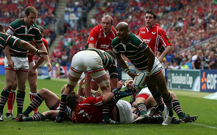 Photo: Paul Thomas..Leicester Tigers v Llanelli Scarlets. Heineken Cup, Semi Final. 21/04/2007...Tom Varndell of Leicester passes to clear from a ruck.