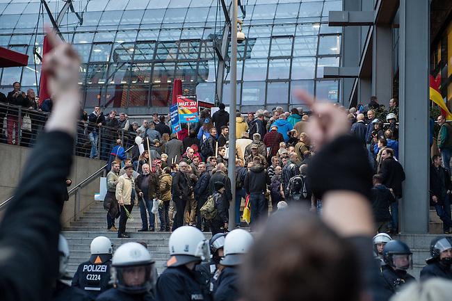 Bis zu 2500 Anhaenger der Rechtspartei &quot;Alternative fuer Deutschland&quot; (AfD) versammelten sich am Samstag den 7. November 2015 in Berlin zu einer Demonstration. Sie protestierten gegen die Fluechtlingspolitik der Bundesregierung und forderten &quot;Merkel muss weg&quot;. Die Demonstration sollte der Abschluss einer sog. &quot;Herbstoffensive&quot; sein, zu der urspruenglich 10.000 Teilnehmer angekuendigt waren.<br /> Mehrere tausend Menschen protestierten gegen den Aufmarsch der Rechten und versuchten an verschiedenen Stellen die Route zu blockieren. Gruppen von AfD-Anhaengern wurden von der Polizei durch Einsatz von Pfefferspray, Schlaege und Tritte durch Gegendemonstranten, die sich an zugewiesenen Plaetzen aufhielten, zur rechten Demonstration gebracht. Zum Teil wurden sie von Neonazis-Hooligans dabei angefeuert. Dabei kam es zu Verletzten, mehrere Gegendemonstranten wurden festgenommen.<br /> Im Bild: AfD-Anhaenger nach Abschluss ihres Aufmarsches.<br /> 7.11.2015, Berlin<br /> Copyright: Christian-Ditsch.de<br /> [Inhaltsveraendernde Manipulation des Fotos nur nach ausdruecklicher Genehmigung des Fotografen. Vereinbarungen ueber Abtretung von Persoenlichkeitsrechten/Model Release der abgebildeten Person/Personen liegen nicht vor. NO MODEL RELEASE! Nur fuer Redaktionelle Zwecke. Don't publish without copyright Christian-Ditsch.de, Veroeffentlichung nur mit Fotografennennung, sowie gegen Honorar, MwSt. und Beleg. Konto: I N G - D i B a, IBAN DE58500105175400192269, BIC INGDDEFFXXX, Kontakt: post@christian-ditsch.de<br /> Bei der Bearbeitung der Dateiinformationen darf die Urheberkennzeichnung in den EXIF- und  IPTC-Daten nicht entfernt werden, diese sind in digitalen Medien nach &sect;95c UrhG rechtlich geschuetzt. Der Urhebervermerk wird gemaess &sect;13 UrhG verlangt.]