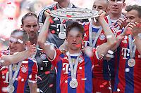 10.05.2014, Allianz Arena, Muenchen, GER, 1. FBL, FC Bayern Muenchen vs VfB Stuttgart, 34. Runde, im Bild Thomas Mueller #25 (FC Bayern Muenchen) haelt die Meisterschale in der Hand // during the German Bundesliga 34th round match between FC Bayern Munich and VfB Stuttgart at the Allianz Arena in Muenchen, Germany on 2014/05/10. EXPA Pictures © 2014, PhotoCredit: EXPA/ Eibner-Pressefoto/ Kolbert<br /> <br /> *****ATTENTION - OUT of GER***** <br /> Football Calcio 2013/2014<br /> Bundesliga 2013/2014 Bayern Campione Festeggiamenti <br /> Foto Expa / Insidefoto