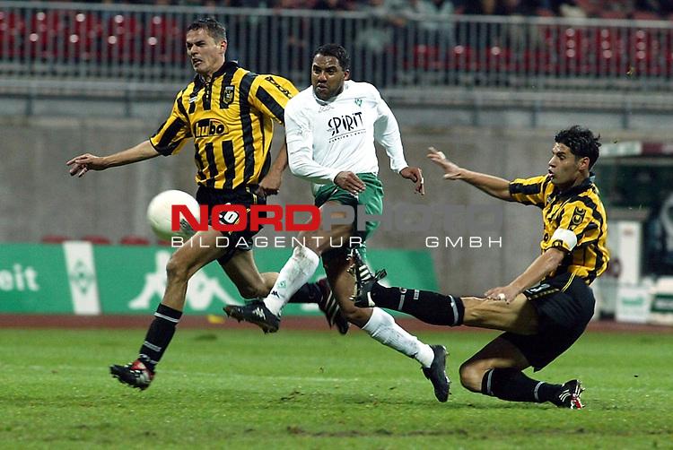 UEFA Pokal 2002/2003 2. Runde - Rueckspiel<br />  SV Werder Bremen vs Vitesse Arnheim <br /> Ailton setzt sich gegen Marian Zeman (li) und Dejan Stefanovic durch. Doch Keeper Dragoslav Jevric kann abwehren<br /> Foto &copy; nordphoto <br />  *** Local Caption *** Foto ist honorarpflichtig! zzgl. gesetzl. MwSt.<br />  Belegexemplar erforderlich<br /> Adresse: nordphoto<br /> Georg-Reinke-Strasse 1<br /> 49377 Vechta