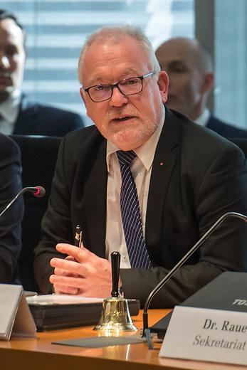 1. Sitzung des Unterausschusses des Verteidigungsausschusses des Deutschen Bundestag als 1. Untersuchungsausschuss am Donnerstag den 14. Februar 2019.<br /> In dem Untersuchungsausschuss zur Berateraffaere soll auf Antrag der Fraktionen von FDP, Linkspartei und Buendnis 90/Die Gruenen der Umgang mit externer Beratung und Unterstuetzung im Geschaeftsbereich des Bundesministeriums fuer Verteidigung aufgeklaert werden. Anlass der Untersuchung sind Berichte des Bundesrechnungshofs ueber Rechts- und Regelverstoesse im Zusammenhang mit der Nutzung derartiger Leistungen.<br /> Einziger Tagesordnungspunkt war die Konstituierung des Unterausschusses als Untersuchungsausschuss.<br /> Im Bild: Der Ausschussvorsitzende Wolfgang Hellmich, SPD.<br /> 14.2.2019, Berlin<br /> Copyright: Christian-Ditsch.de<br /> [Inhaltsveraendernde Manipulation des Fotos nur nach ausdruecklicher Genehmigung des Fotografen. Vereinbarungen ueber Abtretung von Persoenlichkeitsrechten/Model Release der abgebildeten Person/Personen liegen nicht vor. NO MODEL RELEASE! Nur fuer Redaktionelle Zwecke. Don't publish without copyright Christian-Ditsch.de, Veroeffentlichung nur mit Fotografennennung, sowie gegen Honorar, MwSt. und Beleg. Konto: I N G - D i B a, IBAN DE58500105175400192269, BIC INGDDEFFXXX, Kontakt: post@christian-ditsch.de<br /> Bei der Bearbeitung der Dateiinformationen darf die Urheberkennzeichnung in den EXIF- und  IPTC-Daten nicht entfernt werden, diese sind in digitalen Medien nach §95c UrhG rechtlich geschuetzt. Der Urhebervermerk wird gemaess §13 UrhG verlangt.]