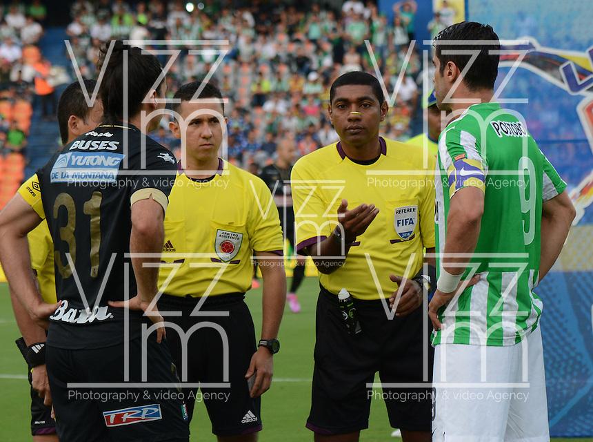 MEDELLÍN -COLOMBIA-28-09-2014. Juan Pablo Angel (Der) capitan de Atlético Nacional, Imer Machado (C) arbitro y Carlos Giraldo (Izq) capitan de Once Caldas durante los actos protocolarios previo al partido por la fecha 12 de la Liga Postobón II 2014 jugado en el estadio Atanasio Girardot de la ciudad de Medellín./ Juan Pablo Angel (R) captain of Atletico Nacional, Imer Machado (C), referee, and Carlos Giraldo (L)  captain of Once Caldas during the formal event prior the match for the 12th date of the Postobon League II 2014 at Atanasio Girardot stadium in Medellin city. Photo: VizzorImage/Luis Ríos/STR