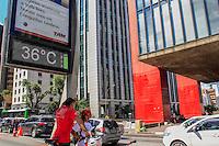 SÃO PAULO, SP. 28.12.2014 - CLIMA RELÓGIOS - Relógio de rua marca a temperatura de 36 graus na Av. Paulista na tarde deste domingo, (28). (Foto: Renato Mendes/ Brazil Photo Press)