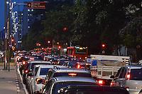 SAO PAULO, 18 DE FEVEREIRO DE 2013. - TRANSITO SP- Transito pesado na Avenida Paulista, no inicio da noite desta segunda feira, 18, regiao central da capital. (FOTO: ALEXANDRE MOREIRA / BRAZIL PHOTO PRESS).