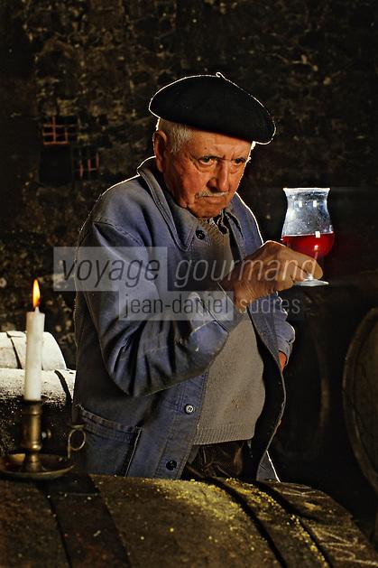 Europe/France/Aquitaine/24/Dordogne/Vallée de la Dordogne/Route des Vins de Bergerac/Chateau Lavaud: Dégustation dans les caves [Non destiné à un usage publicitaire - Not intended for an advertising use] <br /> PHOTO D'ARCHIVES // ARCHIVAL IMAGES<br /> FRANCE 1980