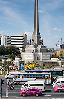 Thailand, Bangkok, December 20, 2009..Photographs and other images of the King are everywhere in Thailand, as here in front of Victoria Monument in Bangkok...Afbeeldingen van Koning Bumibol vind je overal in Bangkok zoals hier bij Victoria Monument...Photo Kees Metselaar