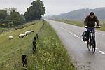 Foto: VidiPhoto<br /> <br /> DRIEL – Nat, natter, natst. Een eenzame fietser op de dijk bij Driel dinsdag, fietst compleet doorweekt richting Arnhem. Door de staking van het openbaar vervoer reden er dinsdag geen bussen en treinen, waardoor forensen en scholieren noodgedwongen de fiets moesten nemen. Tot overmaat van ramp was het een regendag met af en toe zelfs hoosbuien. Morgen staakt het midden- en kleinbedrijf voor het bevriezen van de pensioenleeftijd.