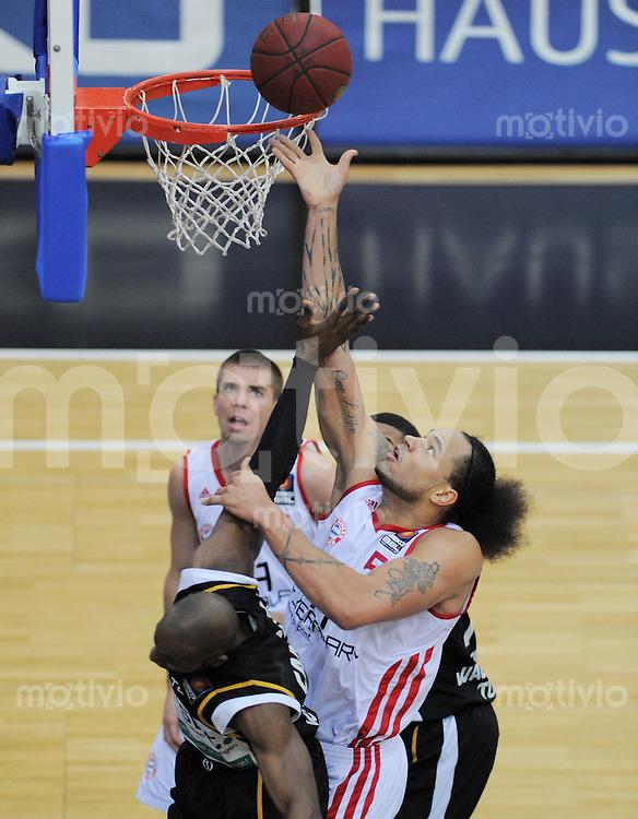 Basketball 1. Bundesliga 2011/2012  27.01.2012  Walter Tigers Tuebingen - FC Bayern Muenchen Louis Campbell (li, Tigers) gegen Chevon Troutman (FC Bayern Muenchen)