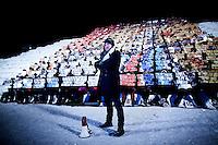 """Kirkenes, Norge, 09.02.2012. Morten Traavik står foran omlag trehundre vernepliktige norske soldater og andre frivillige som tar del i en Arirang. Alle holder opp et ark som tilsammen danner et pixelert levende bilde. Den 1. februar 2012 lastet kunstner Morten Traavik opp en videosnutt på You Tube av Nord-Koreanske ungdommer som spiller A-Ha hiten """"Take on Me"""" på trekkspill. En uke etter ha over en million mennesker sett videoen. En delegasjon Nord-Koreanere er i Kirkenes i forbindelse med festivalen """"Barents Spetakel"""". Foto: Christopher Olssøn"""