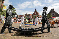 Nederland Edam 2015 07 22 . Standbeeld van twee kaasdragers op de Kaasmarkt in Edam