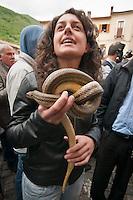 COCULLO (AQ) 05/05/2010: OLD TIPYCAL FEAST OF SNAKES - IL SANTO COPERTO DI SERPENTI DURANTE L'ANTICA FESTA DEI SERPENTI. FOTO ADAMO DI LORETO