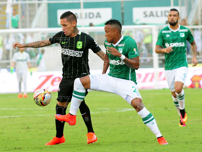 CALI - COLOMBIA -31-07-2016: John Pajoy (Der.) jugador de Deportivo Cali disputa el balón con Gilberto Garcia (Izq.) jugador de Atletico Nacional, durante partido entre Deportivo Cali y Atletico Nacional, por la fecha 6 de la Liga Aguila II-2016, jugado en el estadio Deportivo Cali (Palmaseca) de la ciudad de Cali. / John Pajoy (R) player of Deportivo Cali vies for the ball with Gilberto Garcia (L) player of Atletico Nacional, during a match between Deportivo Cali and Atletico Nacional, for the date 6 for the Liga Aguila II-2016 at the Deportivo Cali (Palmaseca) stadium in Cali city. Photo: VizzorImage  / Nelson Rios / Cont