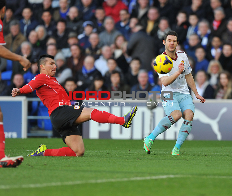 Cardiff City's Gary Medel ttys to stop a cross going across the box from West Ham United&rsquo;s Matthew Jarvis  -  11/01/2014 - SPORT - FOOTBALL - Cardiff City Stadium - Cardiff - Cardiff City v West Ham United - Barclays Premier League<br /> Foto nph / Meredith<br /> <br /> ***** OUT OF UK *****