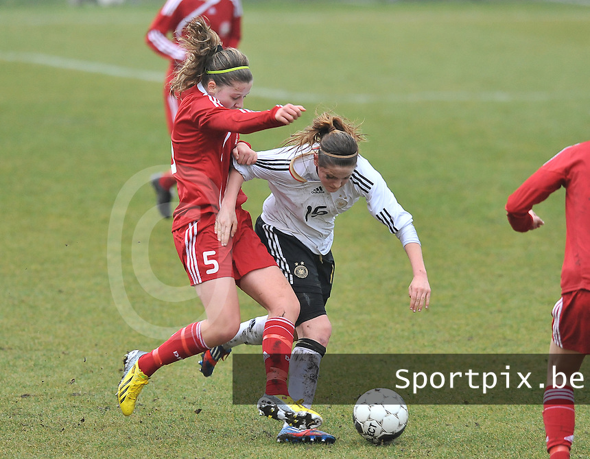 Denmark U17 - Germany U17 : 5 Louise Ringsing aan de bal voor 15 Elisabeth Mayr.foto Joke Vuylsteke / Vrouwenteam.be