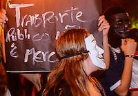 RIO DE JANEIRO, RJ, 10 DE JUNHO DE 2013 -MANIFESTAÇÃO CONTRA O REAJUSTE DA PASSAGEM DE ÔNIBUS NO MUNICÍPIO DO RIO DE JANEIRO- Manifestação contra o  reajuste da passagms de ônibus no município do Rio de Janeiro, concentração na Cinelândia, centro do Rio de Janeiro.FOTO:MARCELO FONSECA/BRAZIL PHOTO PRESS