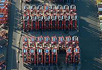 Portalhubwagen am  Burchardkai: EUROPA, DEUTSCHLAND, HAMBURG, (EUROPE, GERMANY), 14.01.2012 Der Portalhubwagen (oder Portalhubstapelwagen oder Portalstapelwagen; engl. van carrier, straddle carrier, gantry lift ist ein spezielles Umschlaggeraet fuer ISO-Container. Es wird als Transportfahrzeug auf Containerterminals in Haefen eingesetzt.. .Der Portalhubwagen besteht aus einem Rahmengestell und einer dazwischen haengenden Hubvorrichtung Topspreader, das mit Hubwinden vertikal bewegt werden kann. Das Rahmengestell ist mit einem Fahrwerk mit meist acht Raedern ausgestattet. Die Fahrerkabine ist oben an einer Stirnseite des Rahmens angeflanscht.. .Der Portalhubwagen faehrt ueber einen Container, der auf dem Boden oder auf einem Lkw steht, der Spreader verriegelt sich hydraulisch gesteuert mit den vier Eckbeschlaegen des Containers und hebt diesen an..