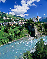 Schweiz, Graubuenden, Unterengadin, Bad Scuol am Fluss En (Inn) mit protestantischer Kirche | Switzerland, Graubuenden, Lower Engadin, Scuol at river En (Inn)